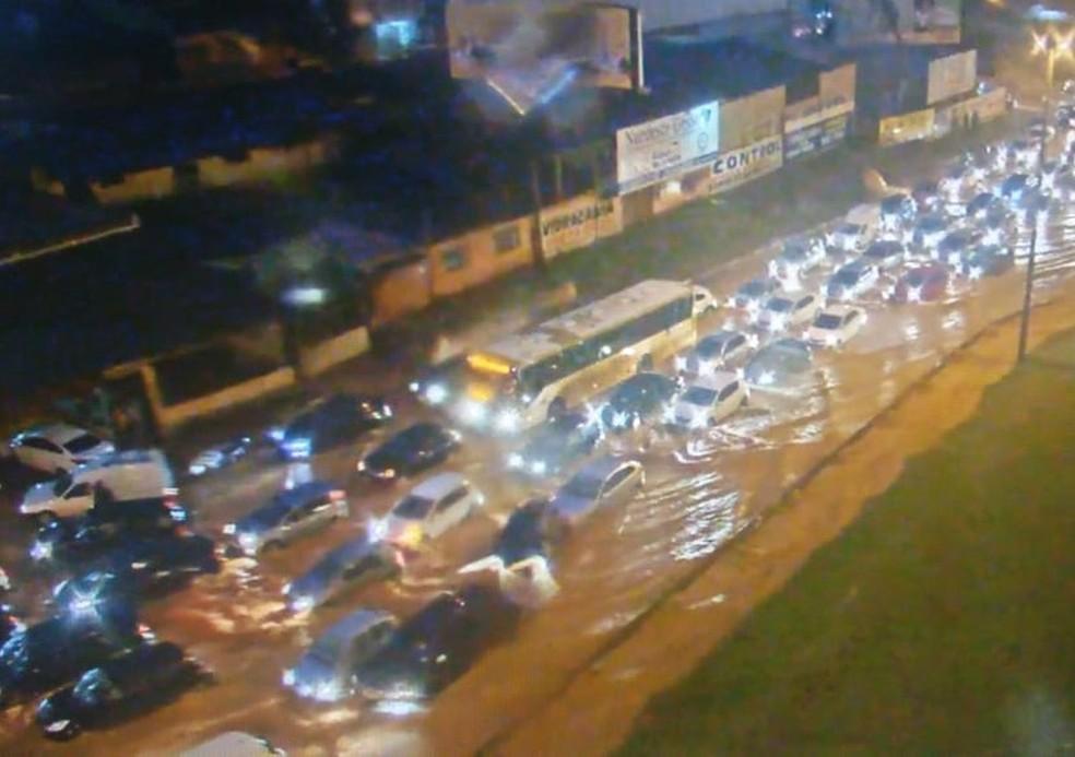 Chuva alaga acesso ao viaduto Israel Pinheiro, em Vicente Pires. — Foto: DER-DF/Reprodução