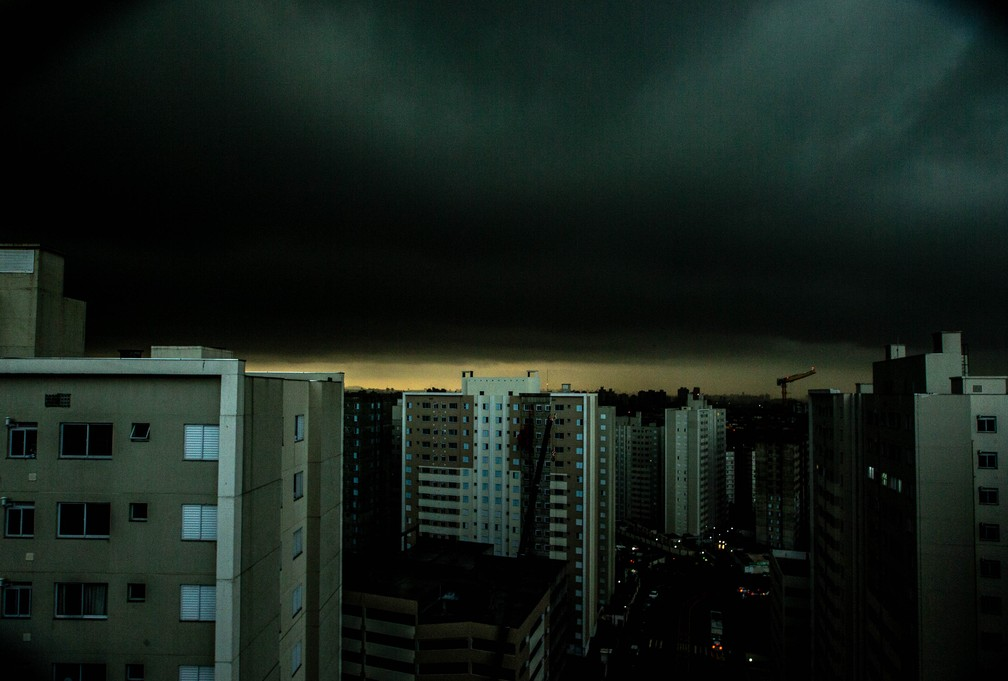 Dia vira noite em SP por conta de temporal  — Foto: WERTHER SANTANA/ESTADÃO CONTEÚDO