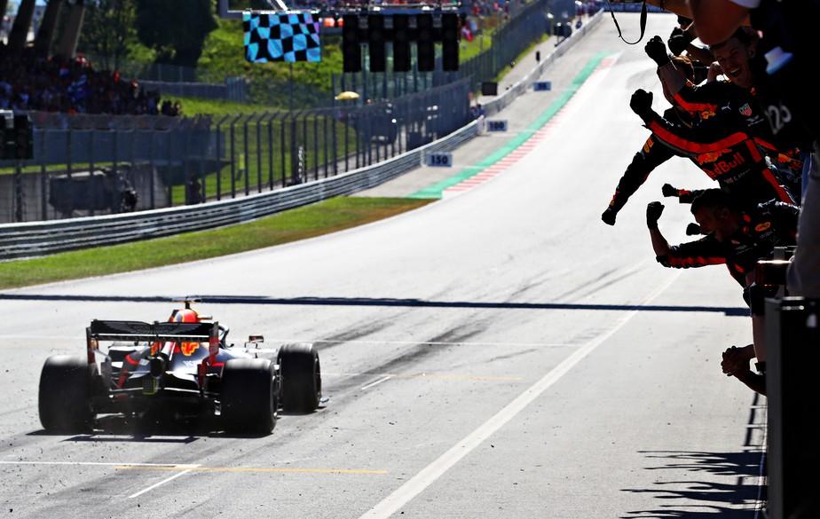 GP da Áustria: Verstappen vence de forma espetacular ao passar Leclerc, mas pode ser punido