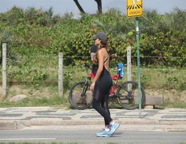 Patrícia Poeta faz caminhada  em Ipanema, no Rio (Foto: AgNews)