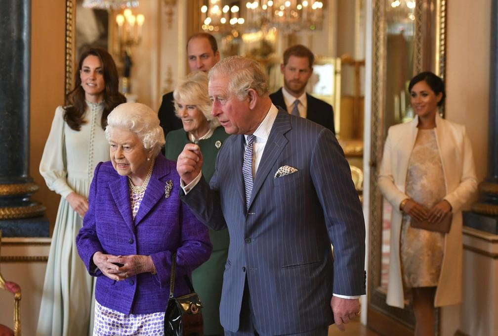 Rainha Elizabeth e o Príncipe Charles participam de recepção no Palácio de Buckingham, em Londres, nesta terça-feira (5) — Foto: Dominic Lipinski/AP