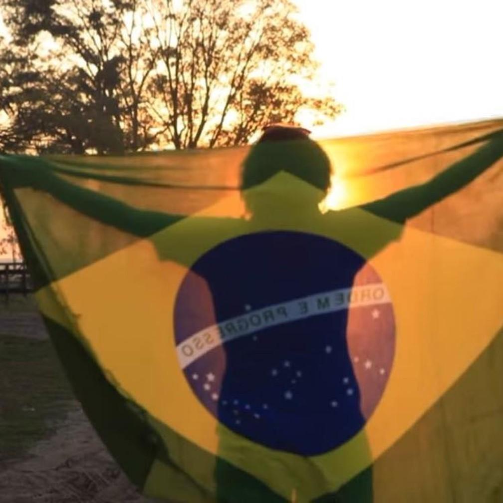 Maha posa com a bandeira do Brasil durante jogo da Copa do Mundo — Foto: Maha Mamo/Arquivo Pessoal