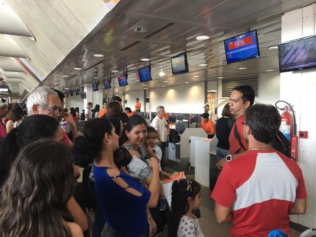 Saguão do aeroporto ficou lotado após cancelamento de voo, mas Infraero diz que situação não é relacionada a fechamento de pista (Foto: Catarina Barbosa / Arquivo pessoal)