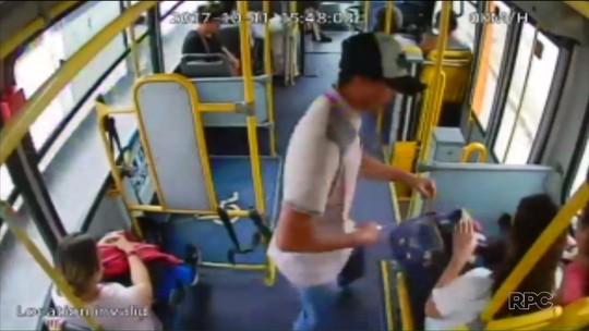 Vídeo mostra dupla fazendo arrastão em ônibus na Região Metropolitana de Curitiba
