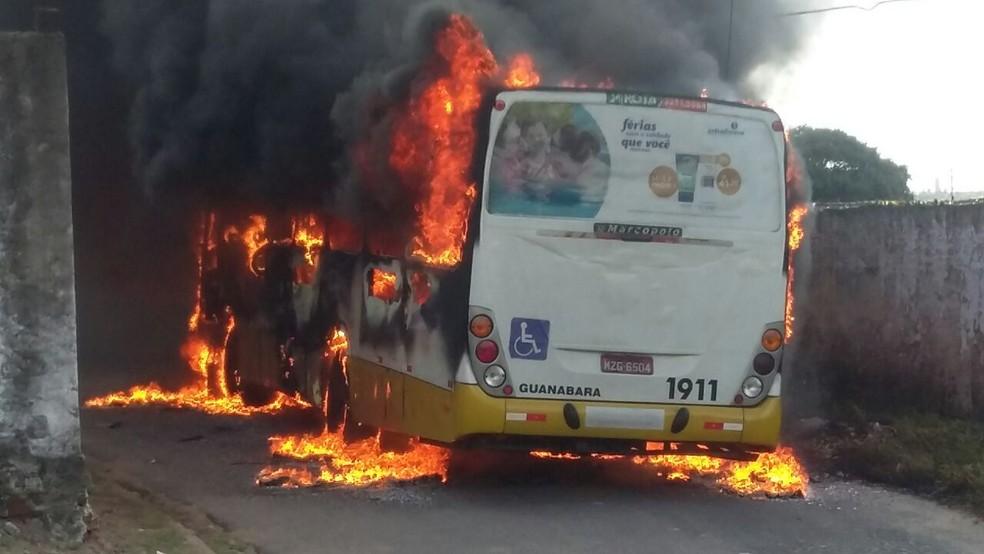 Ônibus da empresa Guanabara foi incendiado na Zona Oeste de Natal na tarde do sábado (2) (Foto: Sergio Henrique Santos/Inter TV Cabugi)