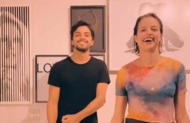 Agatha Moreira e Rodrigo Simas estão morando juntos e se divertem gravando vídeos para a rede social Tik Tok. 'Vamos inventando coisas para fazer. Eu amo conversar com ele, estar com ele... Não é nenhum sacrifício' (Foto: Reprodução)