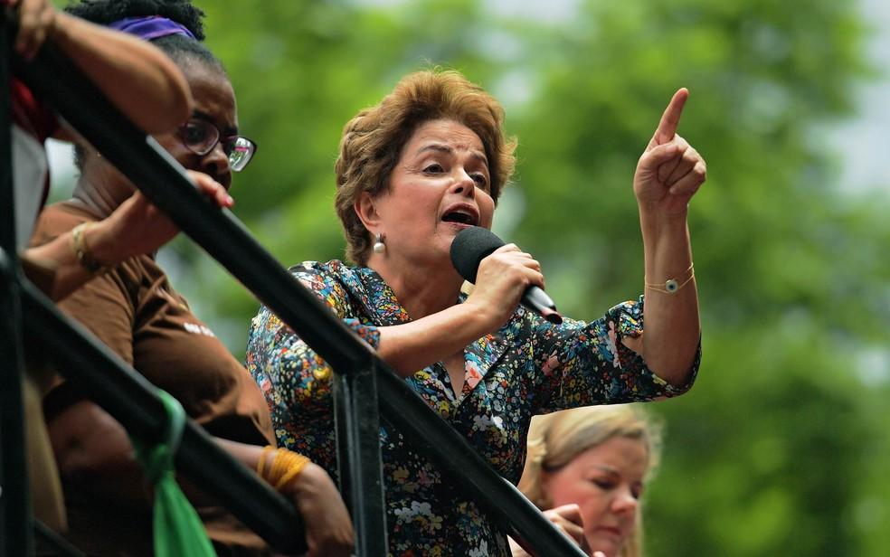 A ex-presidente Dilma Rousseff em imagem de janeiro de 2018, durante protesto em rente à Assembleia Legislativa do Rio Grande do Sul, em Porto Alegre — Foto: Carl de Souza/AFP
