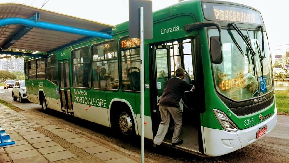 Ônibus voltaram a circular normalmente a partir das 6h30, em Porto Alegre. — Foto: EPTC/Divulgação