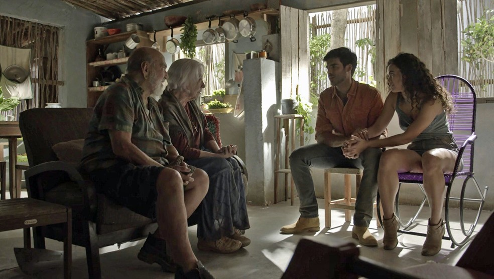 Em conversa com Mercedes e Josafá, Xodó pede a mão de Cleo em casamento (Foto: TV Globo)