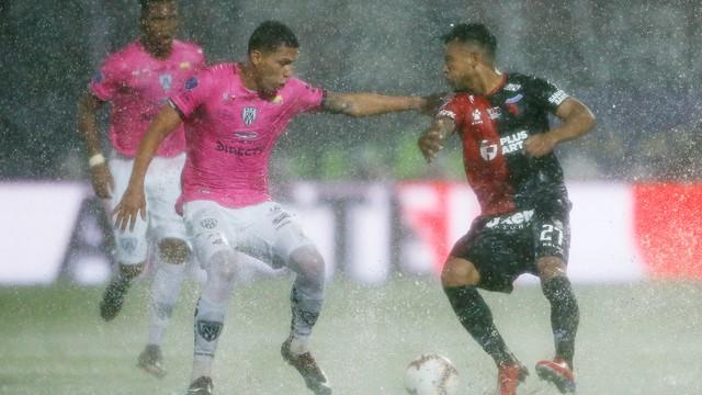 Independiente Del Valle x Colón aconteceu debaixo de chuva