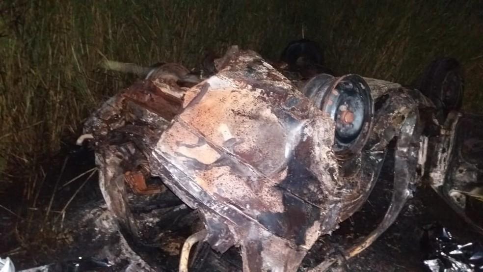Automóvel pegou fogo após sair de posto de combustível em Agrestina — Foto: Polícia Rodoviária Federal