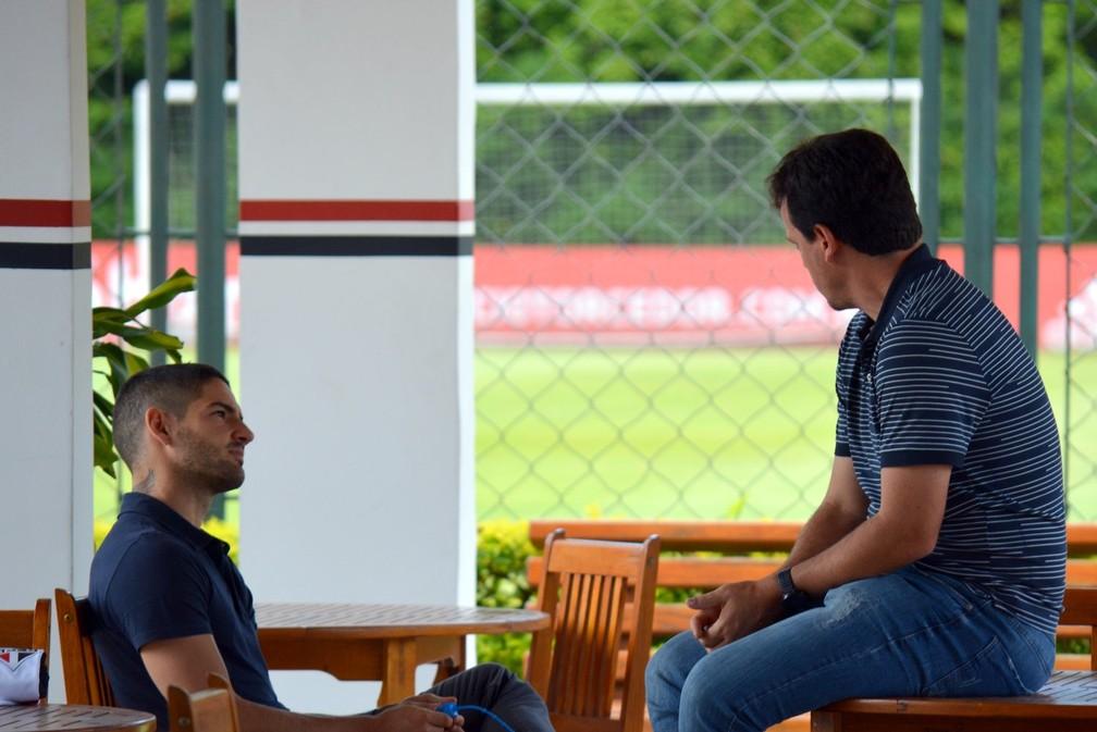 Alexandre Pato e Fernando Diniz no CT da Barra Funda, antes da pandemia — Foto: Érico Leonan / saopaulofc.net