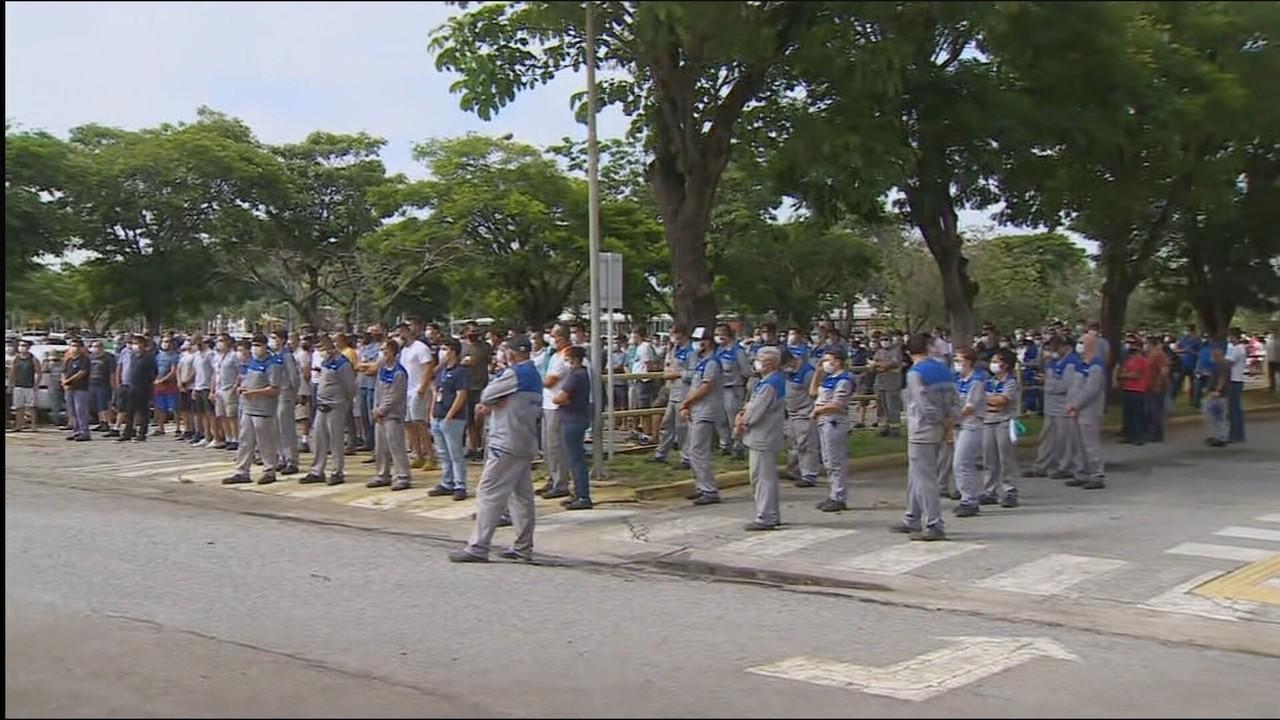 Funcionários da Ford fazem vigília na fábrica de Taubaté, em São Paulo