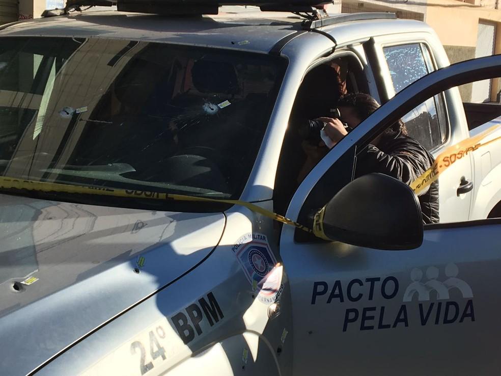 Viatura da PM foi atingida por disparos de arma de fogo (Foto: Anderson Melo/TV Asa Branca)