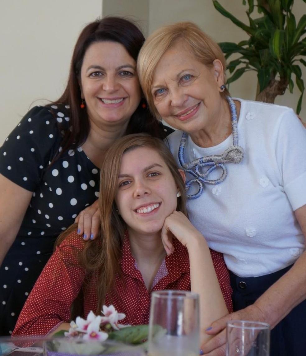 A médica Lucia Pellanda com a filha, Marina, e a mãe, Nize, antes da pandemia — Foto: Lucia Pellanda/Arquivo Pessoal