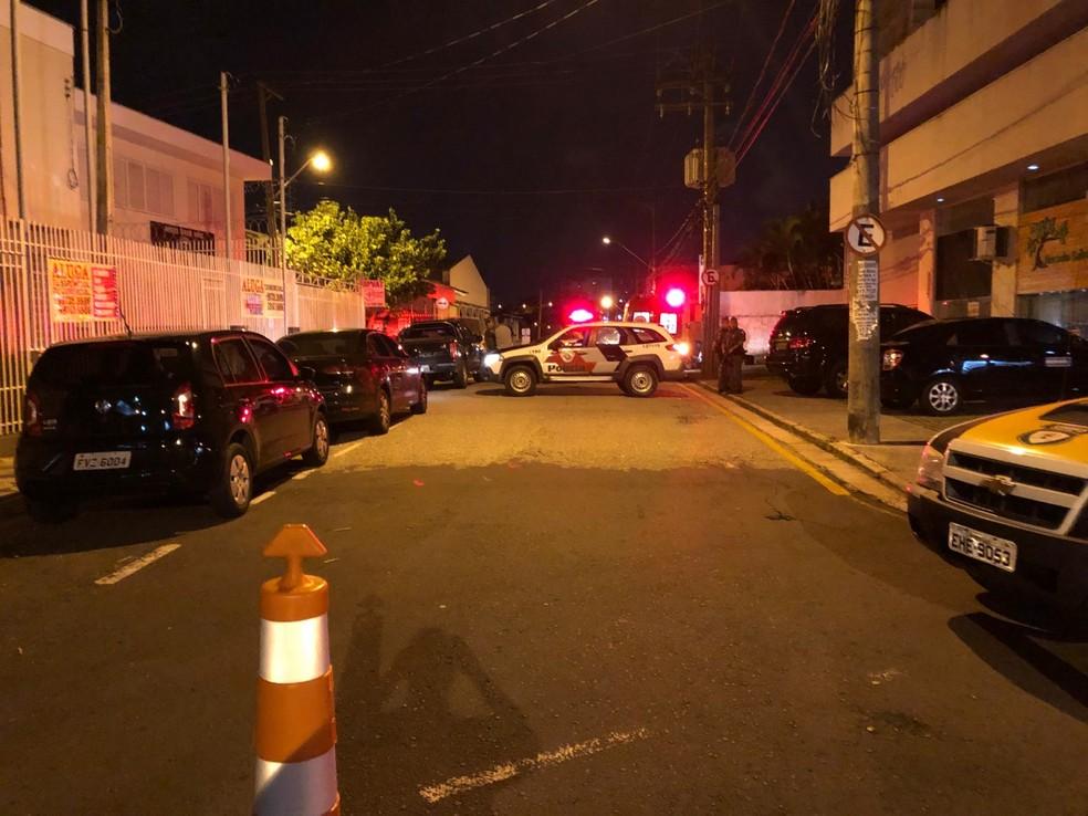 A polícia militar isolou a área e o trânsito na região do bairro Vergueiro foi interditado — Foto: Jorge Toti/Giro Sorocaba
