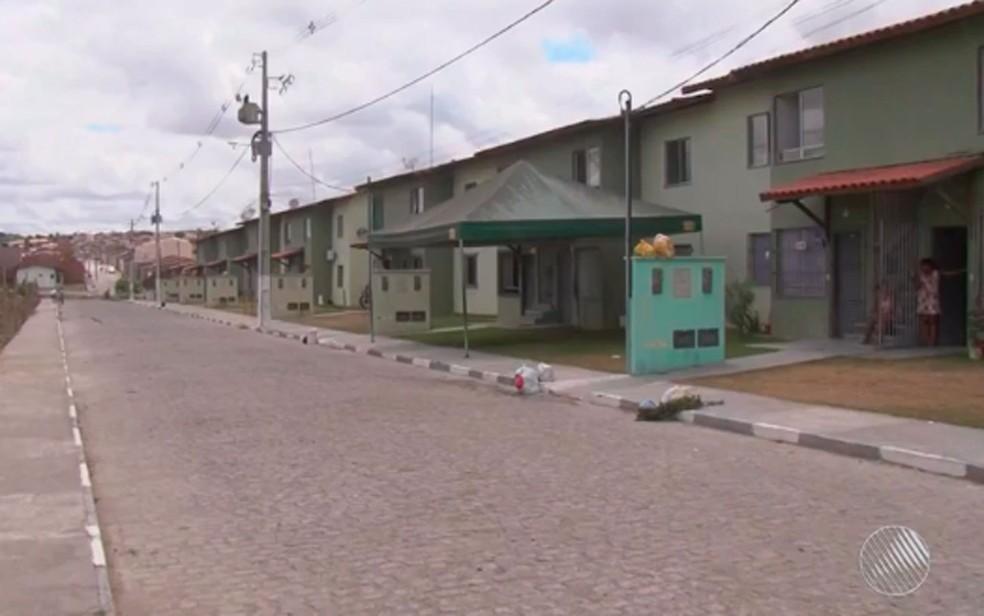 Menina Gabrielly brincava na porta de casa quando desapareceu. Feira de Santana, Bahia (Foto: Reprodução; TV Subaé)