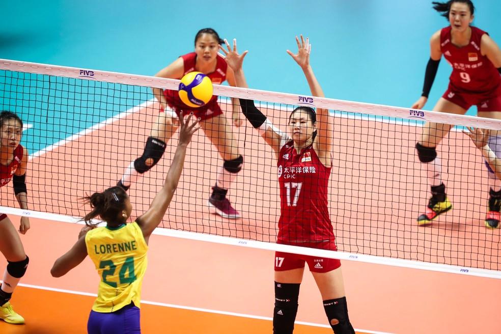 Chinesa tenta bloqueio contra a brasileira na Copa do Mundo de vôlei — Foto: FIVB