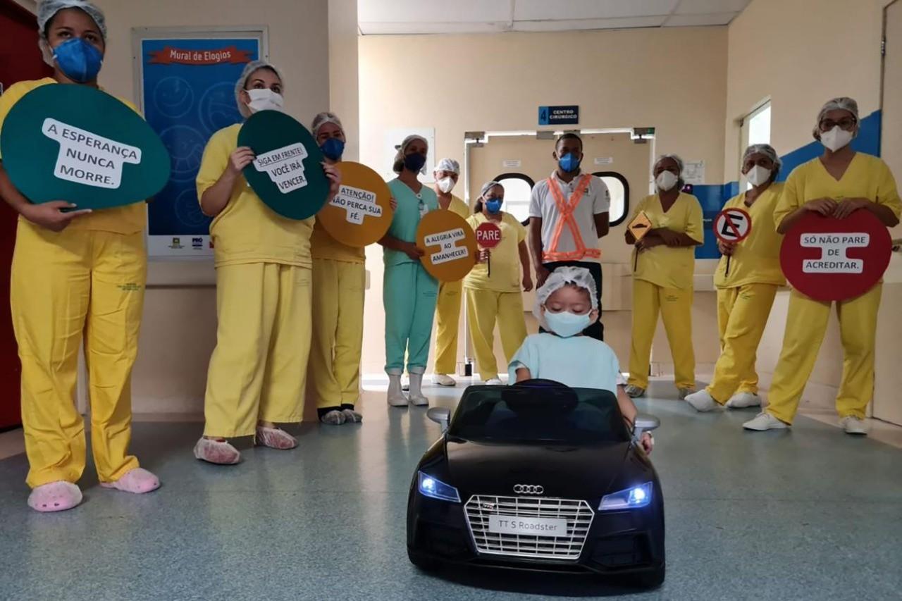 VÍDEO: Para reduzir tensão, criança 'dirige' carrinho até sala de cirurgia em hospital de Belém
