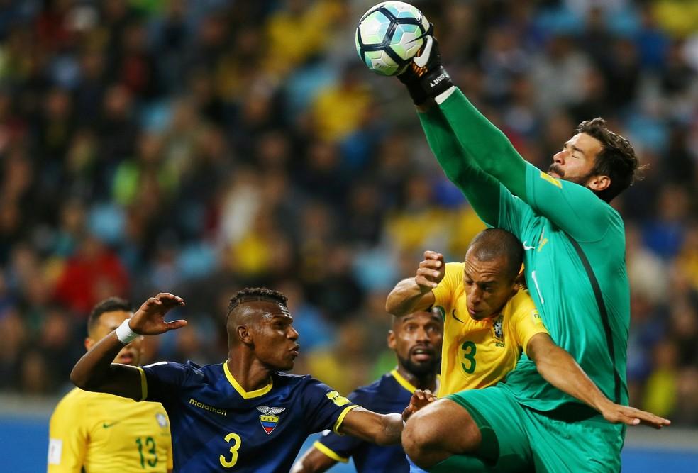 Arboleda em ação no duelo entre Brasil e Equador (Foto: REUTERS/Pilar Olivares)