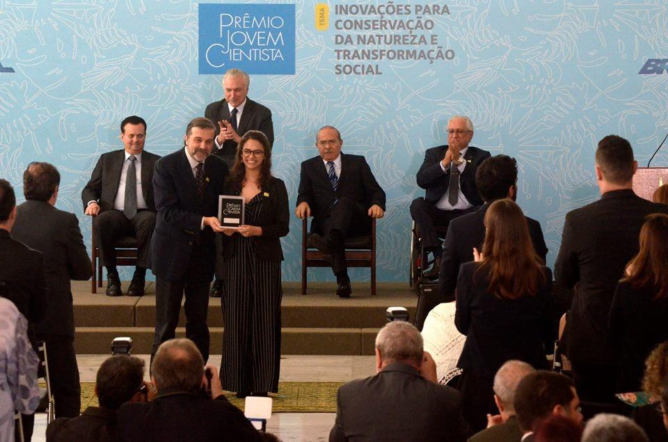 Juliana Davoglio Estradioto na cerimônia com políticos do Prêmio Jovem Cientista, em dezembro de 2018 (Foto: Divulgação/Prêmio Jovem Cientista)