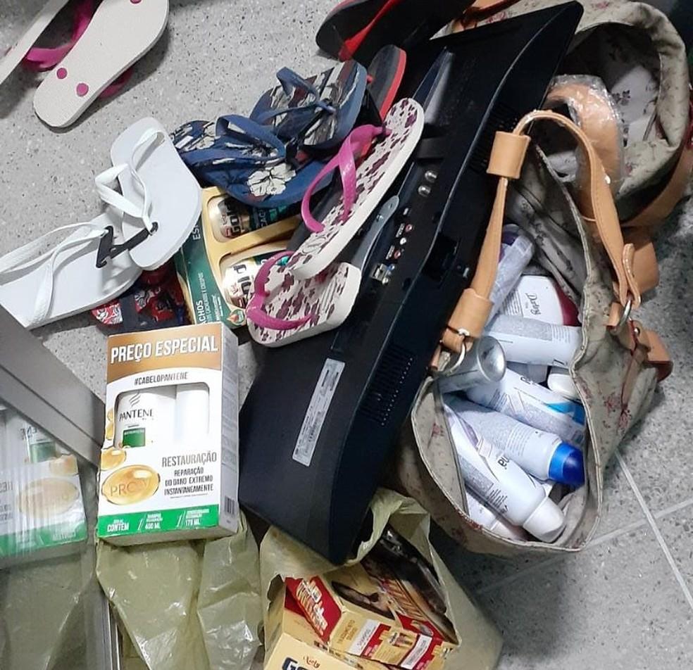 Polícia recuperou produtos roubados após prisão de dois homens suspeitos de série de assaltos em Fortaleza e Maracanaú. — Foto: PM/ Divulgação