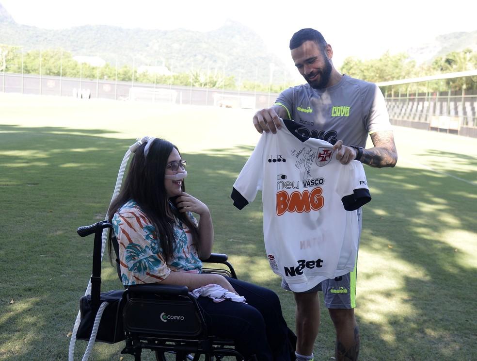 Melissa ganha uniforme de Leandro Castan — Foto: André Durão