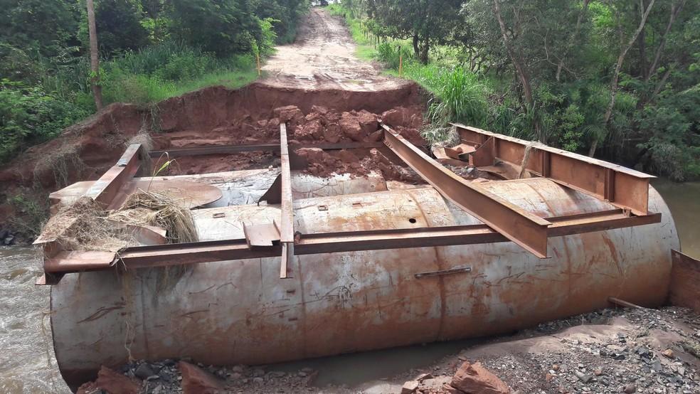 Ponte em  estrada de terra em Fernandópolis foi destruída  (Foto: Arquivo Pessoal )