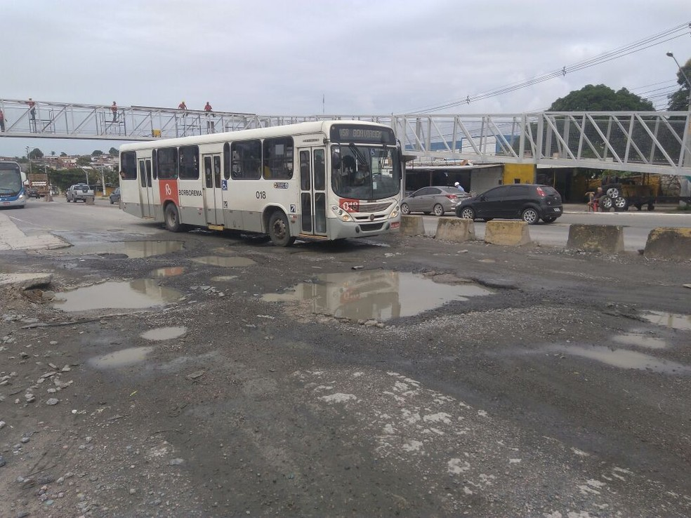 Ônibus circula por trecho repleto de buracos na PE-15, em Olinda (Foto: Maurício Melo/TV Globo)