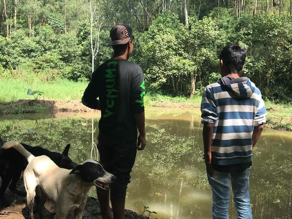 Jovens da Aldeia Itakupe em frente ao lago que está sendo revitalizado (Foto: Naiara Albuquerque)