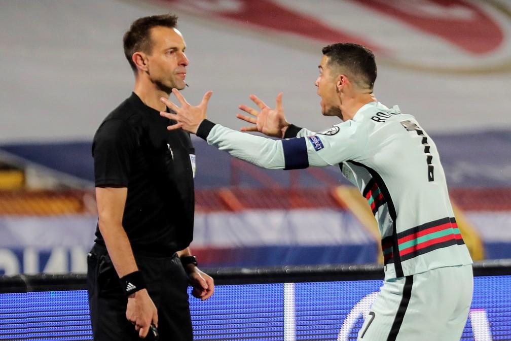 Cristiano Ronaldo se revolta com arbitragem em Sérvia x Portugal após gol não validado — Foto: Miguel A. Lopes/EFE