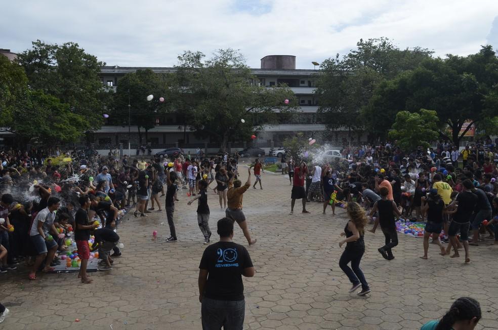 -  3ª Guerra de Balões com Água está marcada para acontecer no dia 4 de março  Foto: Gabriel Dias/G1