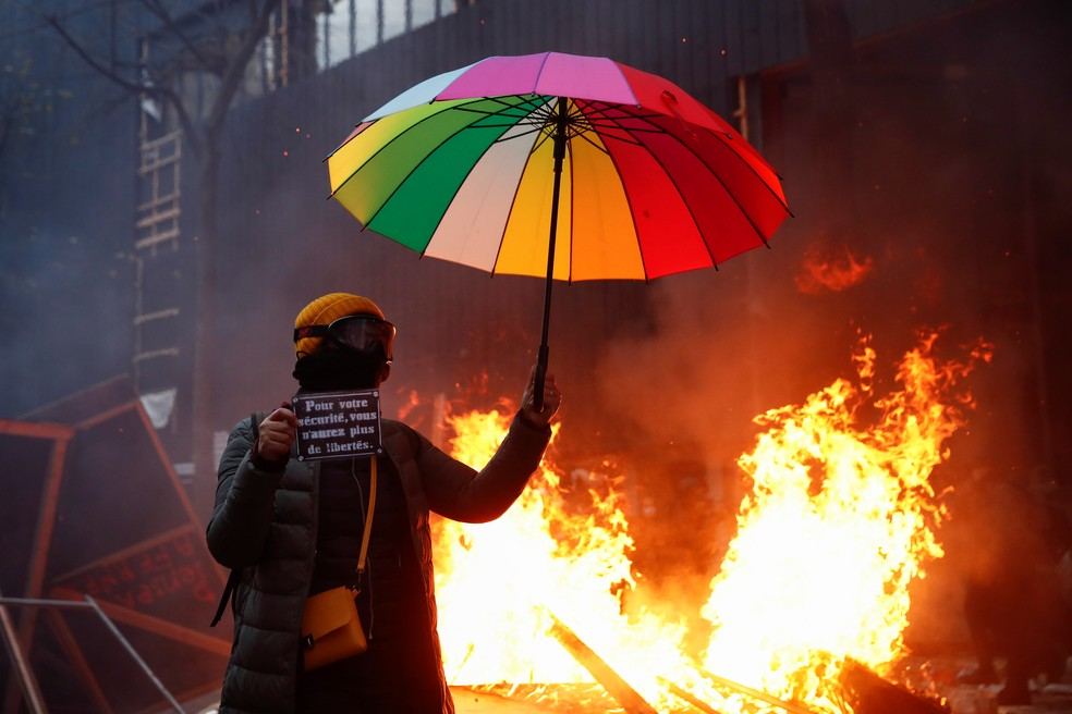 Milhares saíram às ruas de Paris e de outras cidades francesas neste sábado (5) contra a nova política de segurança do governo — Foto: Gonzalo Fuentes/Reuters
