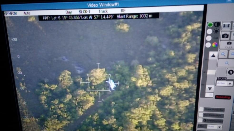 Imagem divulgada mostra destroços da aeronave na região da Serra do Mangaval — Foto: FAB/Divulgação