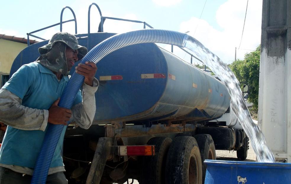 Pagamento de carros-pipa que abastecem cidades no interior do RN está atrasado há 3 meses (Foto: Anderson Barbosa/G1)