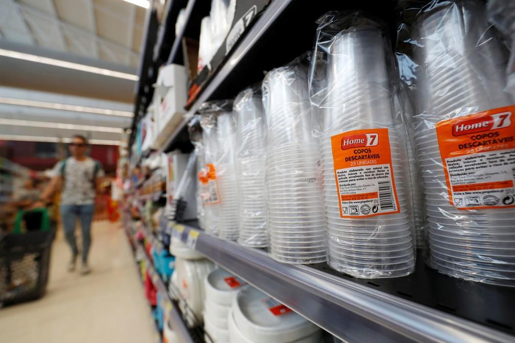 Copos de plástico são vistos em supermercado em Lisboa, em Portugal, em imagem de 6 de julho  — Foto: Rafael Marchante/ Reuters