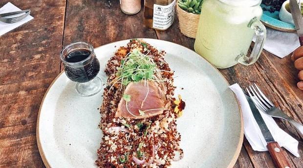 Mix de quinoas com manga, cebola roxa e atum marinado servido no restaurante (Foto: Divulgação)