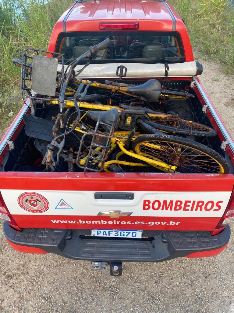 Bicicletas e patinetes encontrados em lago de Vitória são retirados por bombeiros
