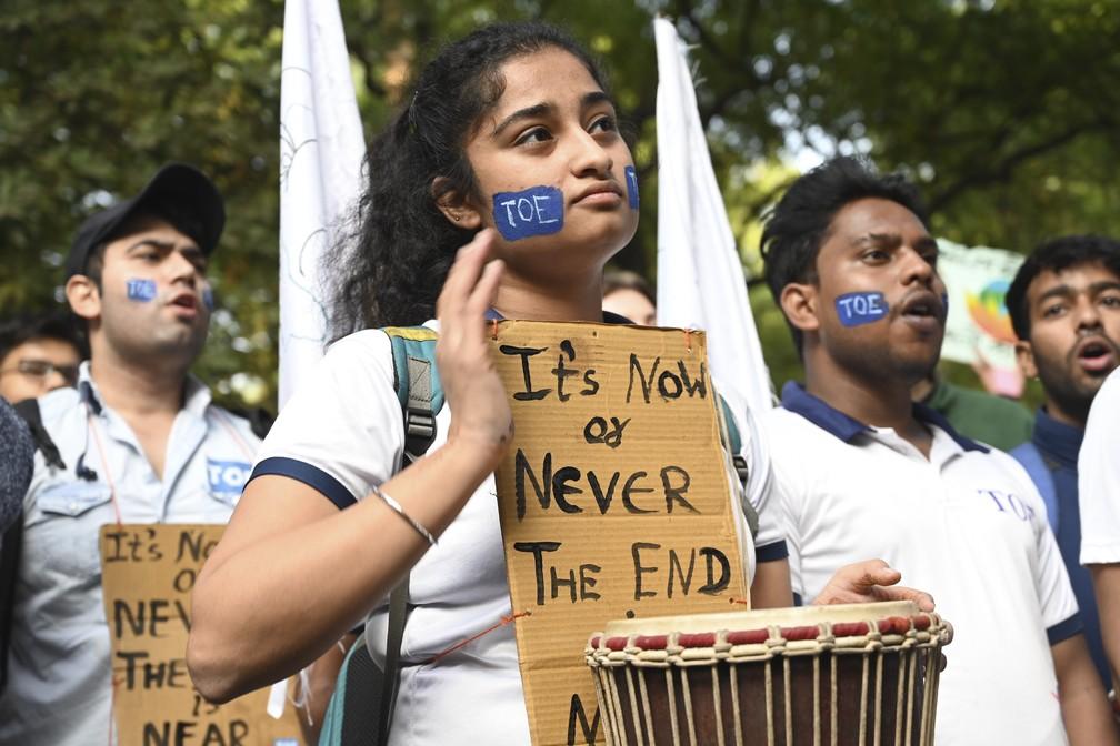 Jovens indianos participam de uma manifestação pedindo ação contra as mudanças climáticas, em Nova Délhi, na sexta (29) — Foto: Money Sharma/AFP