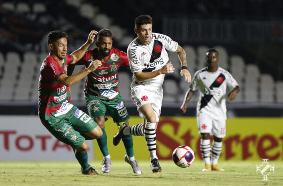 Gabriel Pec tenta jogada em derrota do Vasco para a Portuguesa — Foto: Rafael Ribeiro/Vasco