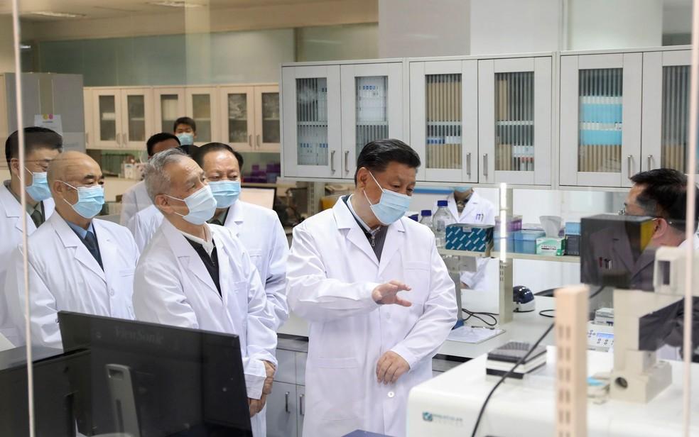 O presidente da China, Xi Jinping, visita a Academia Militar de Ciências Médicas de Pequim, que desenvolve uma vacina contra a Covid-19 — Foto:  Ding Haitao/Xinhua via AP