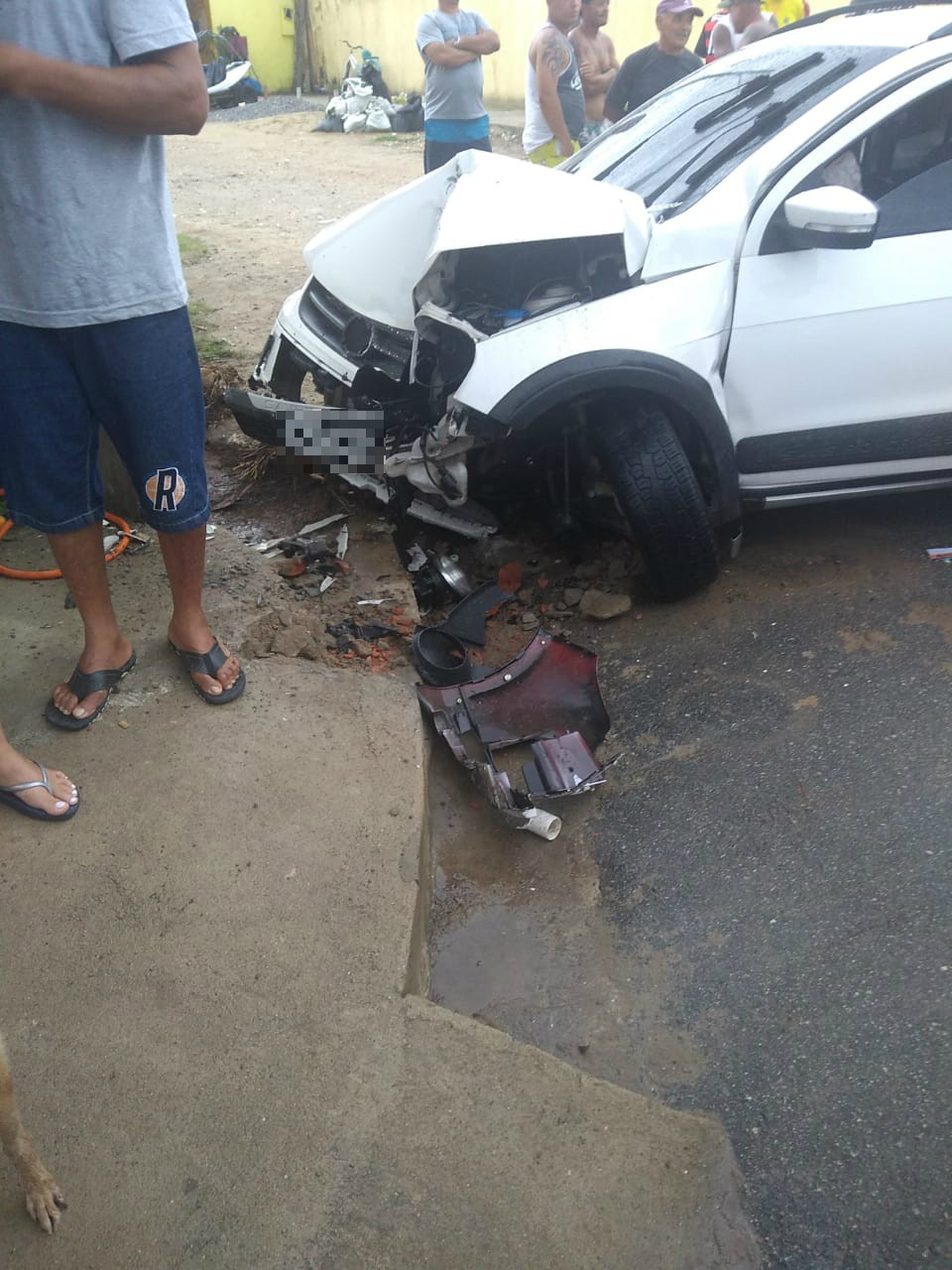 Caminhonete bate em muro e passageiros são arremessados de caçamba em SP - Notícias - Plantão Diário