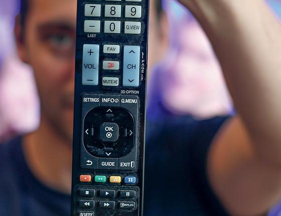Léo não queria ficar sem os jogos de futebol aos domingos. Comprou um aparelho desbloqueador de sinais de tv a cabo, o famoso gato (Foto: Marcos Alves/Agência O Globo)