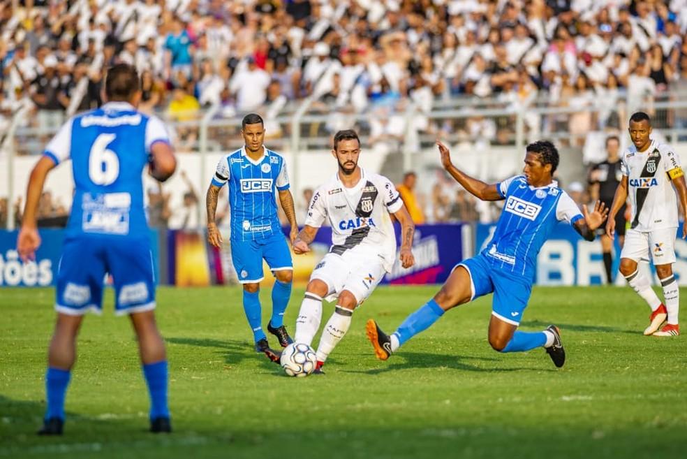 Abuda (na disputa com o jogador da Ponte) fez apenas quatro jogos pelo São Bento na Série B  — Foto: Fábio Leoni / PontePress