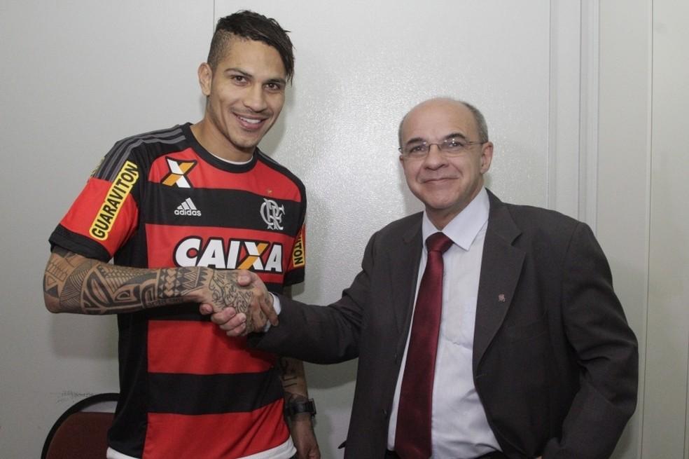 Guerrero e Eduardo Bandeira de Mello: atacante peruano e presidente do Flamengo sempre tiveram bom relacionamento — Foto: Gilvan de Souza / Flamengo