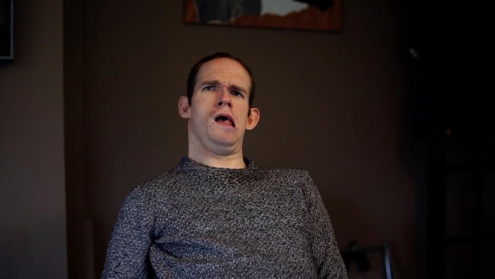 Josh Barry passou nove anos escrevendo um livro com seu nariz — Foto: BBC