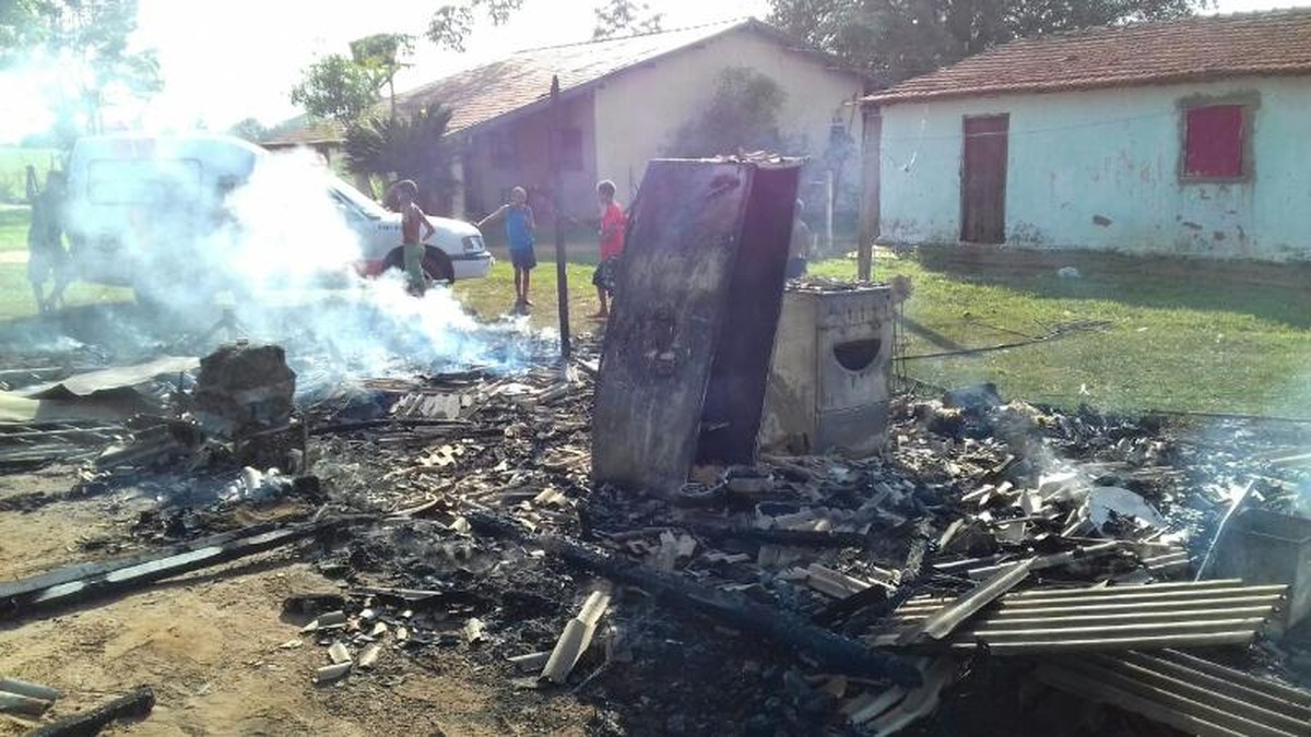 Incêndio destrói casa em assentamento de Castilho