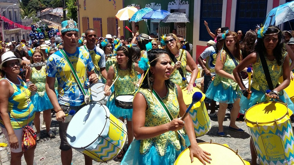 Samba Soul Delas colore ladeiras de Olinda de azul e amarelo com samba — Foto: Penélope Araújo/G1