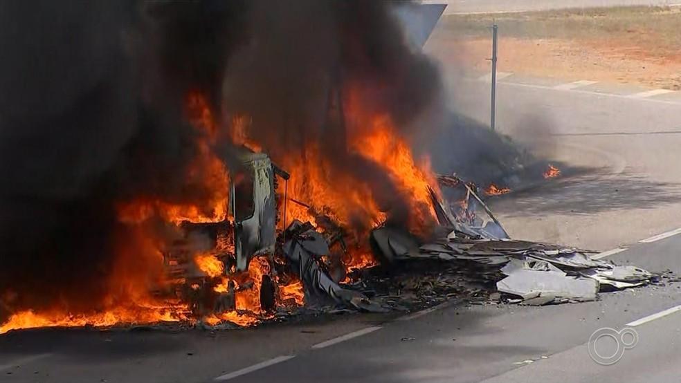 Caminhão pega fogo na Rodovia Castello Branco em Itu — Foto: Reprodução/TV TEM