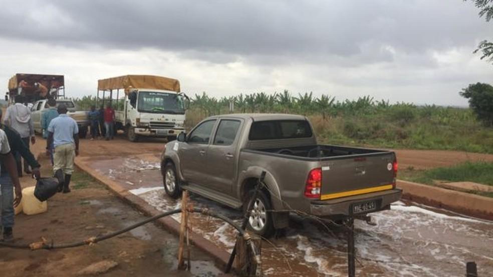 Visitantes em Matanuska precisam desinfetar os pés e as rodas dos carros antes de entrar na fazenda (Foto: BBC)